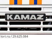 Купить «Надпись: KAMAZ на решетке радиатора грузового автомобиля с полосками МЧС России», фото № 29625084, снято 2 октября 2018 г. (c) А. А. Пирагис / Фотобанк Лори