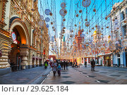 Купить «Nikolskaya street decorated in New year and Christmas holidays and tourists walking on it, Moscow, Russia», фото № 29625184, снято 29 декабря 2018 г. (c) Наталья Волкова / Фотобанк Лори