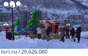 Купить «Дети и взрослые фотографируются у праздничной композиции «С Новым годом»», видеоролик № 29626080, снято 30 декабря 2018 г. (c) А. А. Пирагис / Фотобанк Лори