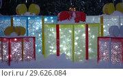 Купить «Большие светящиеся праздничные коробки с подарками, лежащие в снегу под новогодней елкой», видеоролик № 29626084, снято 30 декабря 2018 г. (c) А. А. Пирагис / Фотобанк Лори
