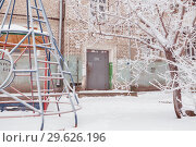 Купить «An old brick two-storeyed Stalin house in the winter, among snow and trees. A look with outside», фото № 29626196, снято 22 декабря 2018 г. (c) Владимир Арсентьев / Фотобанк Лори