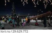 Купить «Снежный городок, новогодняя елка в городе Петропавловске-Камчатском», видеоролик № 29629772, снято 1 января 2019 г. (c) А. А. Пирагис / Фотобанк Лори