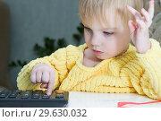 Купить «Маленький ребенок увлеченно считает на калькуляторе», фото № 29630032, снято 30 декабря 2018 г. (c) Момотюк Сергей / Фотобанк Лори