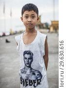 Купить «Cambodia, Phnom Penh, Cambodian boy wearing Justin Bieber T-shirt, NR.», фото № 29630616, снято 21 января 2018 г. (c) age Fotostock / Фотобанк Лори