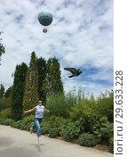 Купить «Парящие в воздухе Парижа...  Парк Андре Ситроен с воздушным шаром (Ballon de Paris). Летний солнечный день.», эксклюзивное фото № 29633228, снято 22 января 2019 г. (c) Сергей Цепек / Фотобанк Лори