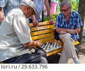 Купить «Пожилые мужчины проводят свободное время за шахматной партией», фото № 29633796, снято 12 августа 2018 г. (c) Вячеслав Палес / Фотобанк Лори