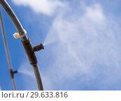 Купить «Трубопроводы и форсунки системы охлаждения водяным туманом», фото № 29633816, снято 12 августа 2018 г. (c) Вячеслав Палес / Фотобанк Лори