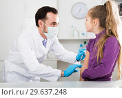 Купить «Male doctor injecting little patient», фото № 29637248, снято 19 января 2019 г. (c) Яков Филимонов / Фотобанк Лори