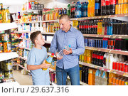 Купить «Father and son in store looking for mineral drinks», фото № 29637316, снято 4 июня 2018 г. (c) Яков Филимонов / Фотобанк Лори