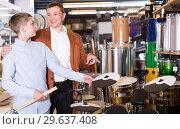 Купить «teenager and father deciding on drum unit in musical shop», фото № 29637408, снято 29 марта 2017 г. (c) Яков Филимонов / Фотобанк Лори