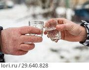 Рюмки с водкой в мужских руках зимой на улице. Стоковое фото, фотограф Игорь Низов / Фотобанк Лори