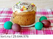 Купить «Пасхальный кулич и разноцветные крашеные яйца», фото № 29644976, снято 8 апреля 2018 г. (c) Елена Коромыслова / Фотобанк Лори
