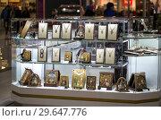 Купить «Торговля православными товарами в гипермаркете - ювелирные цепочки с крестами, православные иконы», фото № 29647776, снято 2 января 2018 г. (c) Евгений Ткачёв / Фотобанк Лори