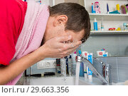 Купить «Мужчина умывается утром в ванной комнате», фото № 29663356, снято 9 января 2019 г. (c) Иванов Алексей / Фотобанк Лори