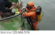 Купить «Водолаз берет на корабле фонарик и видеокамеру и погружается в море», видеоролик № 29666516, снято 5 сентября 2018 г. (c) А. А. Пирагис / Фотобанк Лори