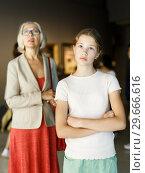 Купить «Teenage girl visiting museum», фото № 29666616, снято 18 августа 2018 г. (c) Яков Филимонов / Фотобанк Лори