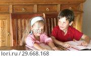 Купить «Two children painting together 2», видеоролик № 29668168, снято 4 апреля 2009 г. (c) Wavebreak Media / Фотобанк Лори