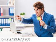 Купить «Office prank with kick me message on sticky note», фото № 29673900, снято 20 августа 2018 г. (c) Elnur / Фотобанк Лори