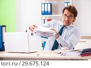 Купить «Businessman disgusted with cockroaches in the office», фото № 29675124, снято 25 сентября 2018 г. (c) Elnur / Фотобанк Лори