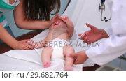 Купить «Mother and female doctor doing an injection on a cryingbaby», видеоролик № 29682764, снято 27 апреля 2012 г. (c) Wavebreak Media / Фотобанк Лори