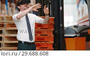 Купить «Male warehouse using virtual reality headset», видеоролик № 29688608, снято 23 марта 2016 г. (c) Wavebreak Media / Фотобанк Лори