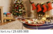 Christmas gingerbread cookies on plate. Стоковое видео, агентство Wavebreak Media / Фотобанк Лори