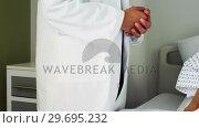 Male doctor comforting patient in the ward. Стоковое видео, агентство Wavebreak Media / Фотобанк Лори