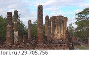 Купить «Утро на руинах старинного буддистского храма Ват Четупхон. Сукхотай, Таиланд», видеоролик № 29705756, снято 24 декабря 2018 г. (c) Виктор Карасев / Фотобанк Лори