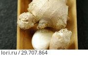 Купить «Ginger and garlic in tray 4k», видеоролик № 29707864, снято 5 июня 2017 г. (c) Wavebreak Media / Фотобанк Лори