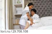 Купить «Female doctor assisting mature woman in bedroom 4k», видеоролик № 29708108, снято 15 марта 2017 г. (c) Wavebreak Media / Фотобанк Лори