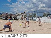 Купить «Молодые люди играют в волейбол на пляже Родничок в курортном городе Евпатории, Крым», фото № 29710476, снято 4 июля 2018 г. (c) Николай Мухорин / Фотобанк Лори