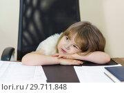 Купить «Маленькая уставшая девочка сидит за рабочим столом мамы. Карьера и семья», фото № 29711848, снято 5 января 2019 г. (c) Наталья Гармашева / Фотобанк Лори