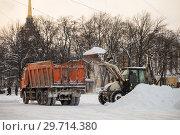 Купить «Уборка снега на  Дворцовой площади», фото № 29714380, снято 24 марта 2018 г. (c) Евгений Кашпирев / Фотобанк Лори