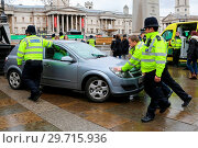 Купить «Police officers seen pushing a car in Trafalgar Square Featuring: Atmosphere, View Where: London, United Kingdom When: 04 Mar 2018 Credit: WENN.», фото № 29715936, снято 4 марта 2018 г. (c) age Fotostock / Фотобанк Лори