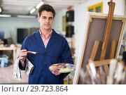 Купить «Male artist drawing in studio», фото № 29723864, снято 8 апреля 2017 г. (c) Яков Филимонов / Фотобанк Лори