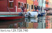 Купить «Туристы на разноцветной набережной острова Бурано. Венеция, Италия», видеоролик № 29728740, снято 27 сентября 2017 г. (c) Виктор Карасев / Фотобанк Лори