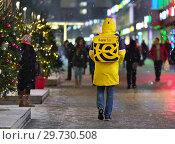 """Купить «Москва. Курьер сервиса быстрой доставки """"Яндекс. Еда"""" идёт по Новому Арбату», эксклюзивное фото № 29730508, снято 19 декабря 2018 г. (c) Dmitry29 / Фотобанк Лори"""