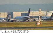Купить «Singapore Airlines Airbus A380 landing», видеоролик № 29730516, снято 21 июля 2017 г. (c) Игорь Жоров / Фотобанк Лори