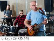 Купить «Male soloist singing with band», фото № 29735148, снято 26 октября 2018 г. (c) Яков Филимонов / Фотобанк Лори
