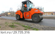 Купить «Work on laying the asphalt surface on a city street», видеоролик № 29735316, снято 25 марта 2019 г. (c) FotograFF / Фотобанк Лори