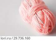 Купить «knitting needles and ball of pink yarn», фото № 29736160, снято 20 октября 2016 г. (c) Syda Productions / Фотобанк Лори