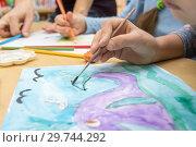 Купить «Рука рисует рисунок в школе рисования», фото № 29744292, снято 9 января 2019 г. (c) Иванов Алексей / Фотобанк Лори