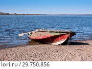 Купить «Boat on the Amur River, below the village of Sikachi-Alyan», фото № 29750856, снято 30 сентября 2018 г. (c) Катерина Белякина / Фотобанк Лори