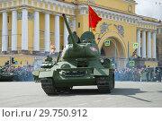 Купить «Советский танк периода Великой Отечественной войны - Т-34-85 во главе танковой колонны. Фрагмент военного парада в честь Дня Победы. Санкт-Петербург», фото № 29750912, снято 9 мая 2017 г. (c) Виктор Карасев / Фотобанк Лори