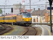 Купить «Пассажирский поезд транспортной компании RegioJet прибывает на главный железнодорожный вокзал Брно. Чехия», фото № 29750924, снято 24 апреля 2018 г. (c) Виктор Карасев / Фотобанк Лори