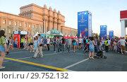 Купить «Fan zone to football fans at the central square in Samara», видеоролик № 29752132, снято 23 февраля 2020 г. (c) FotograFF / Фотобанк Лори