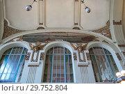 Купить «Декоративное оформление вестибюля на Витебском вокзале. Санкт-Петербург», фото № 29752804, снято 8 октября 2018 г. (c) Румянцева Наталия / Фотобанк Лори