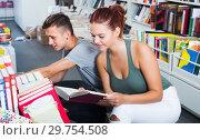 Купить «Teenagers looking for new books», фото № 29754508, снято 16 сентября 2016 г. (c) Яков Филимонов / Фотобанк Лори
