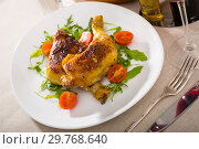 Купить «Fried chicken legs with arugula and tomatoes», фото № 29768640, снято 17 июля 2019 г. (c) Яков Филимонов / Фотобанк Лори