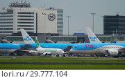 Купить «TUI Fly Dreamliner towing», видеоролик № 29777104, снято 25 июля 2017 г. (c) Игорь Жоров / Фотобанк Лори